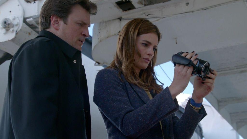 Castle y Beckett encuentran una cámara de la víctima escondida en la cubierta superior