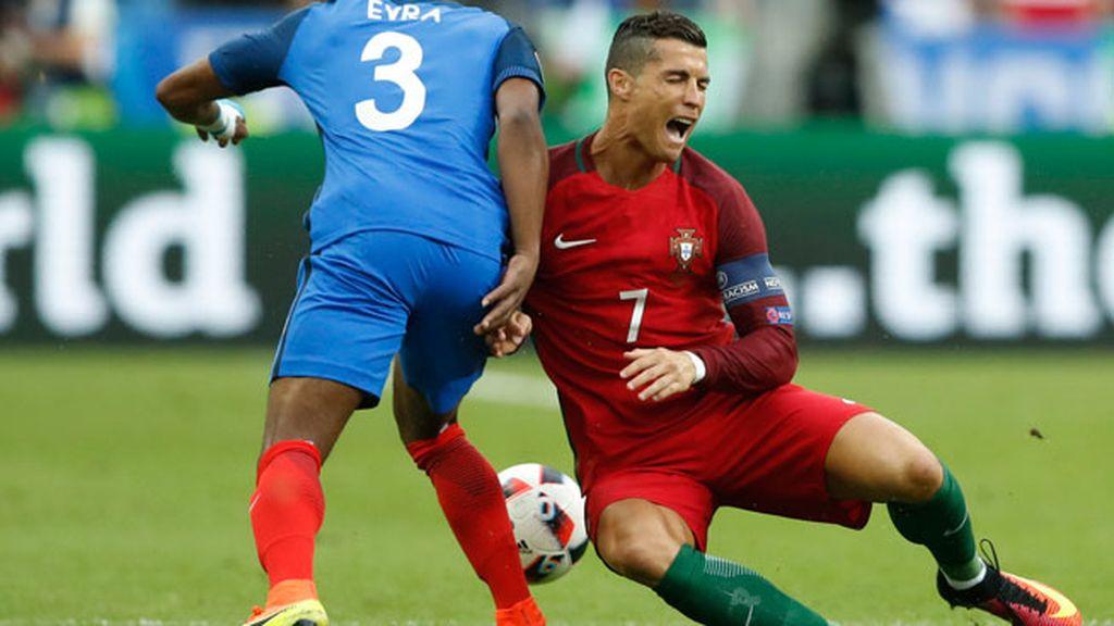 Así fue la fuerte entrada de Payet que lesionó a Cristiano Ronaldo en la final