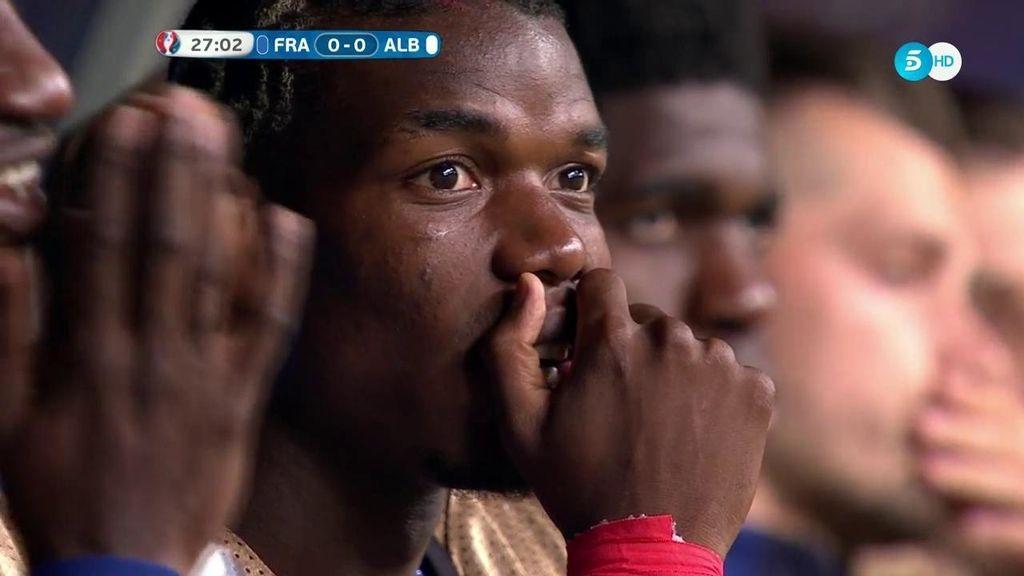 Pogba, en el banquillo, no entiende el mal juego de la Selección francesa
