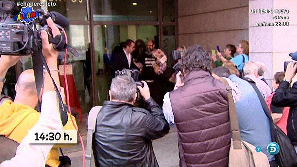 Alberto Isla da las gracias a los periodistas a la salida de los juzgados