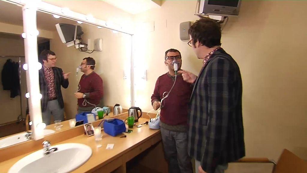 Una mascarilla con oxígeno y una foto de su padre acompañan a JJ allá donde actúa