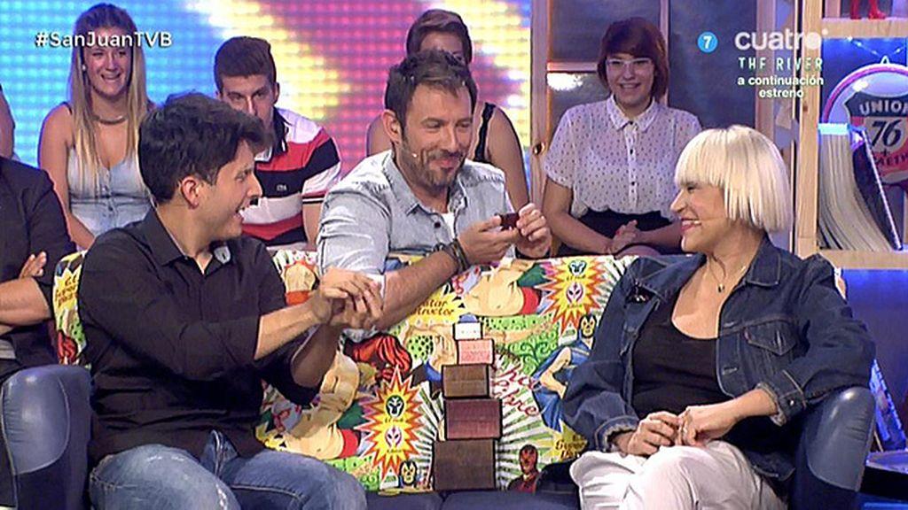 Jorge Luengo hace desaparecer el anillo de boda de Antonia San Juan