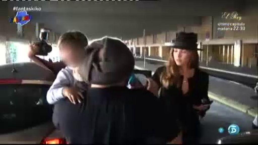 Kiko Rivera se enfada con la prensa cuando recogía a su hijo en la estación