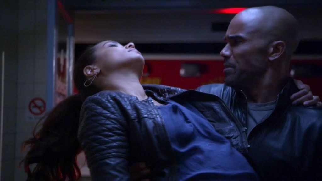 Disparan a la mujer embarazada de Derek, y su jefe le aparta del caso