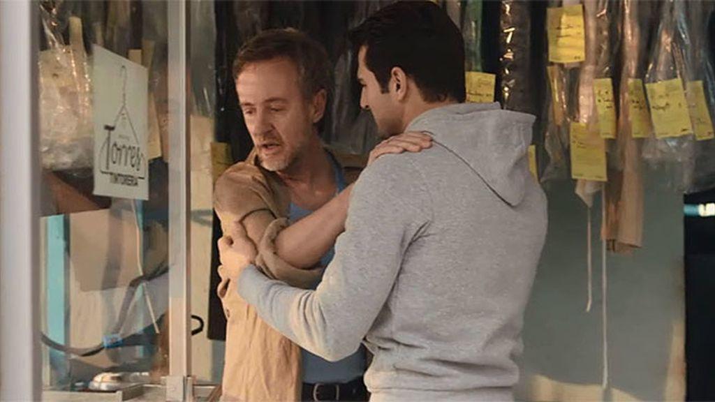 Antonio confiesa a Juan que estuvo a punto de suicidarse en la tintorería