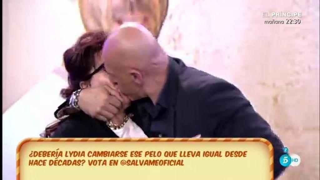 El beso de Kiko Matamoros a una señora