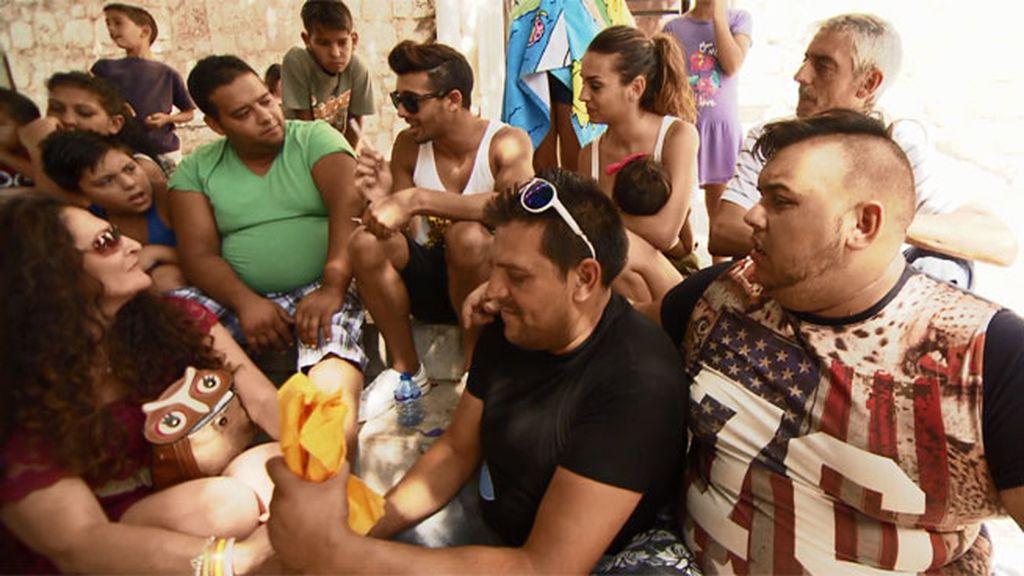 Los González hacen recuento del dinero recaudado para crear su local