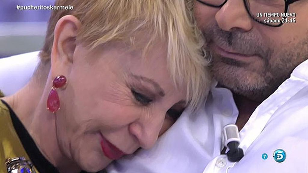 Karmele llora en el hombro de Jorge Javier