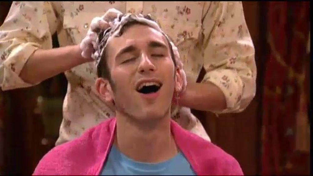 Jonathan ve las estrellas cuando Fidel le lava el pelo en su casa