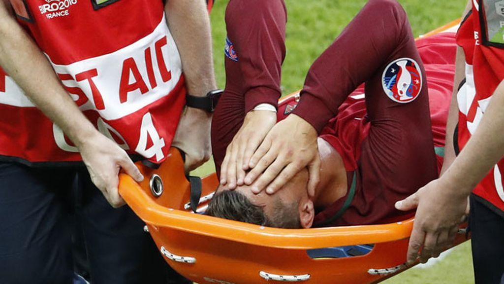 Cristiano pide el cambio y abandona en camilla la final de la Eurocopa