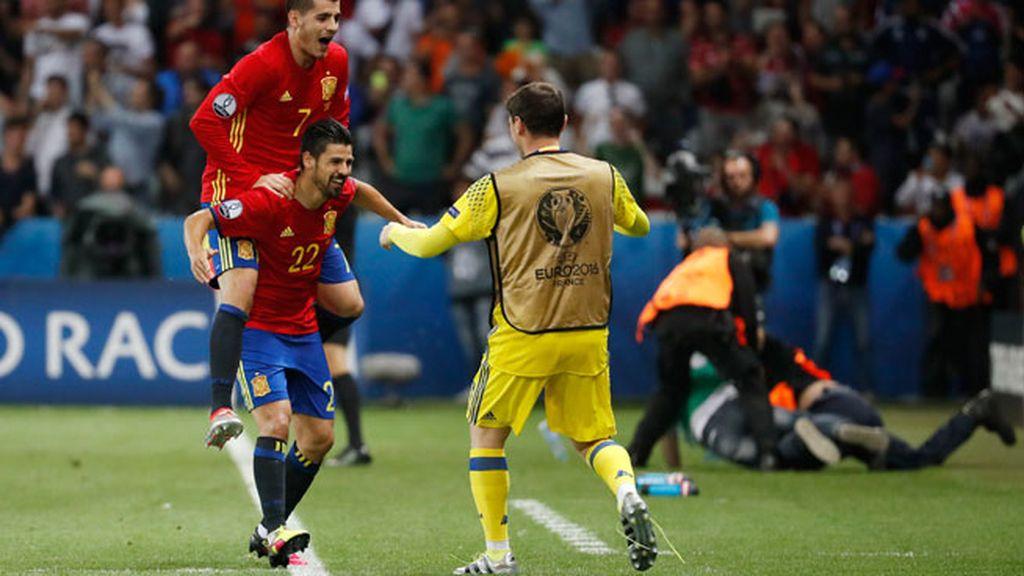Nolito le dedica el gol a Casillas y se va corriendo hasta él para celebrarlo