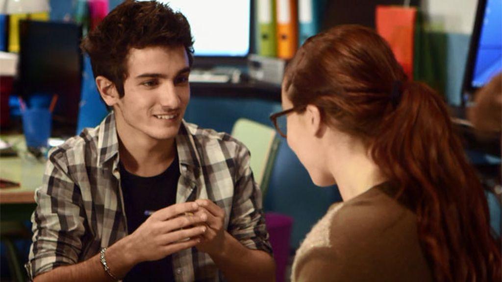 Nico le pide a Elena consejo para proponerle una cita a la chica que le gusta