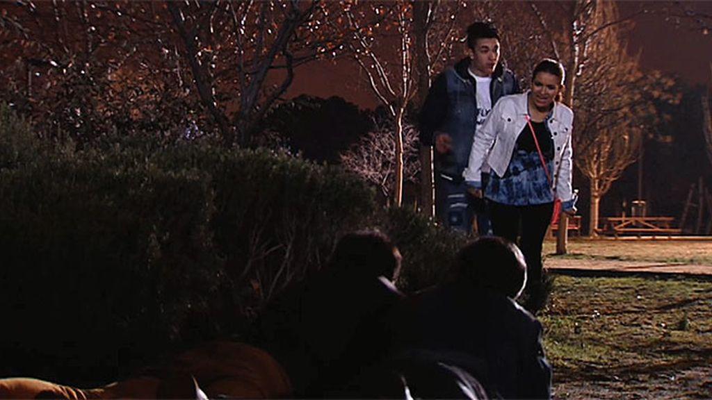 Amador y Teodoro pillan a Carlota dándose el lote con su novio Richy en un matorral