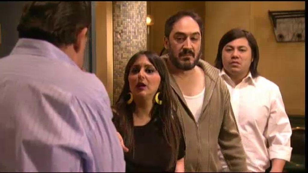 Mauricio pide ayuda a Riesgo, sin saber que es el secuestrador de su madre