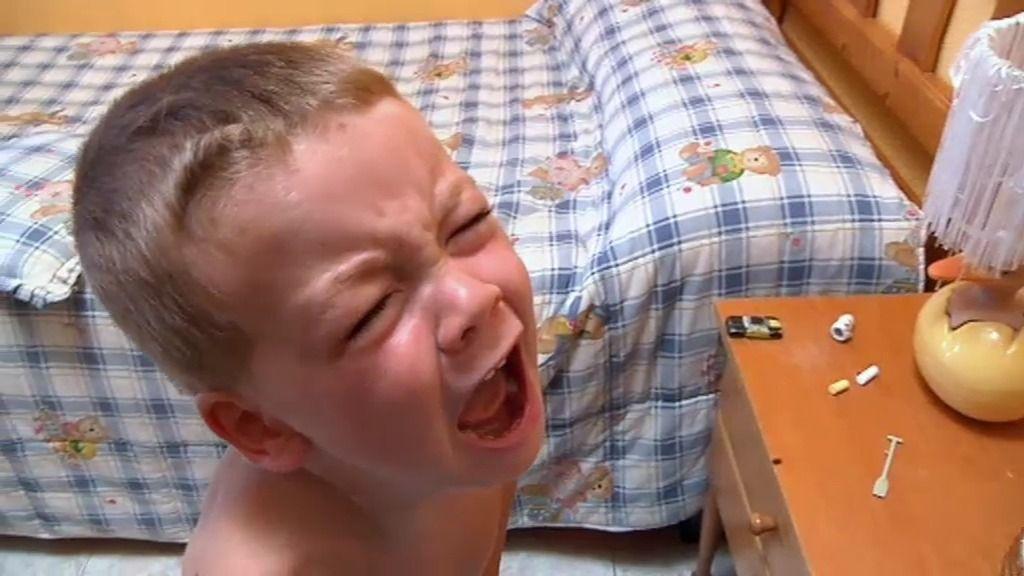 Neyzan no quiere vestirse solo y patalea para conseguir la atención de su madre
