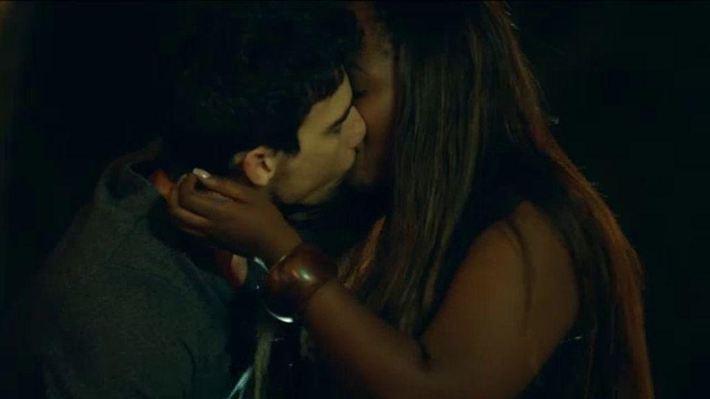 """Moisés besa a Ángela: """"Me gusta cómo eres"""""""