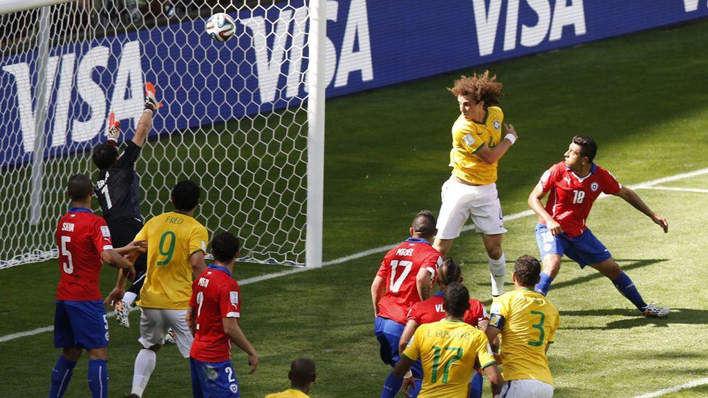 David Luiz hace el primer gol de Brasil (1-0)