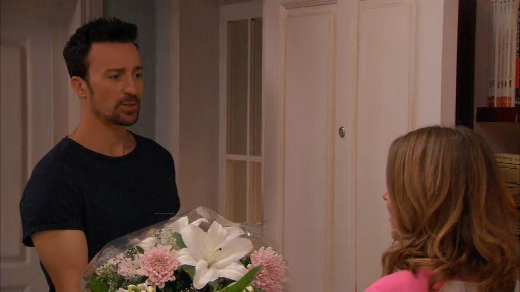 Alberto comienza de cero con Lucía: un ramo de flores y nada de serpientes