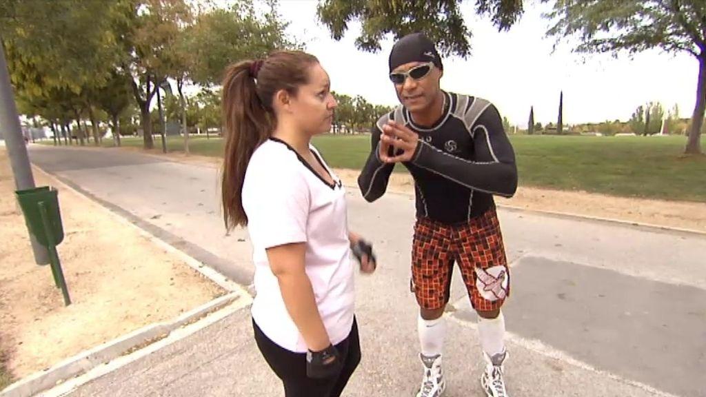 Flexiones y carreras descalza para el primer entrenamiento de Pamela