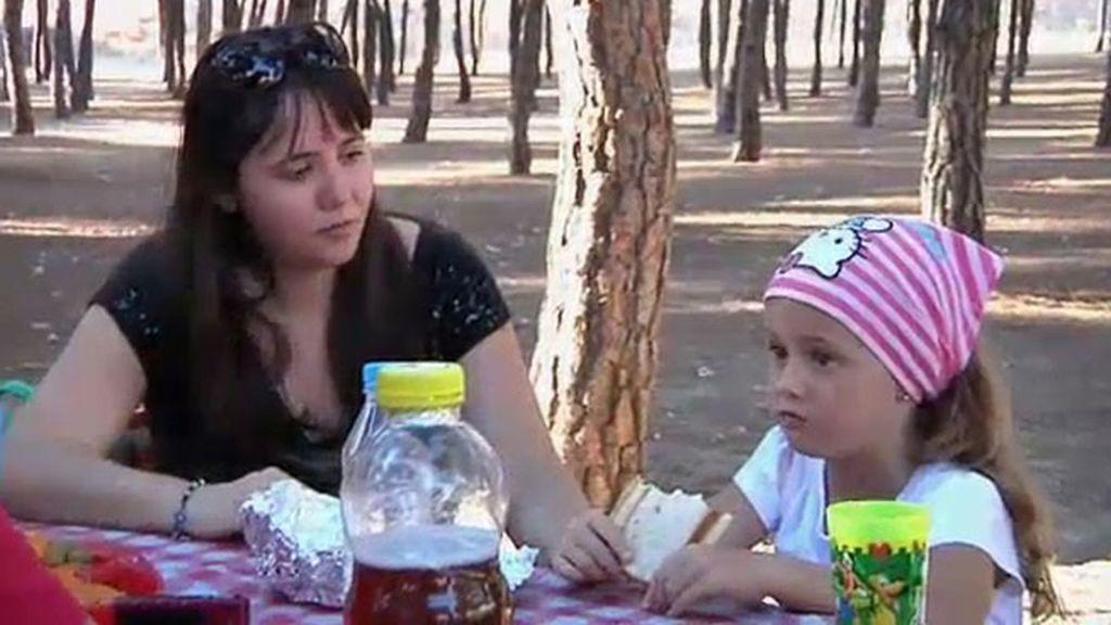 Cristina y sus padres disfrutan de un tranquilo picnic en el parque