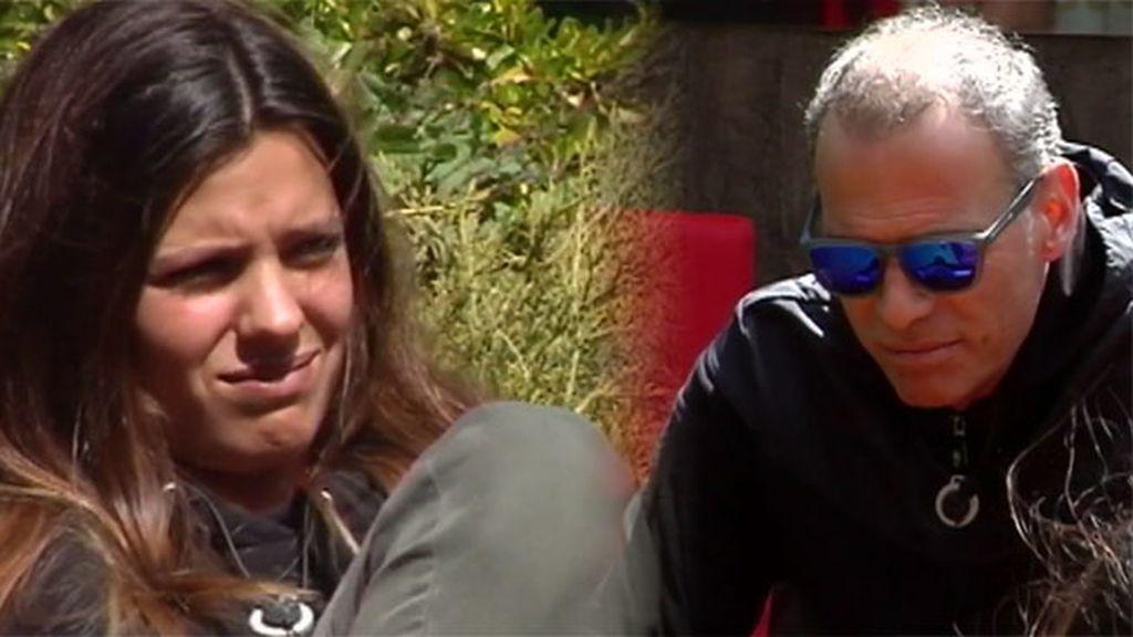 """Carlos pregunta a Laura por su tío Coto Matamoros: """"Tú padre le tiene cariño"""""""