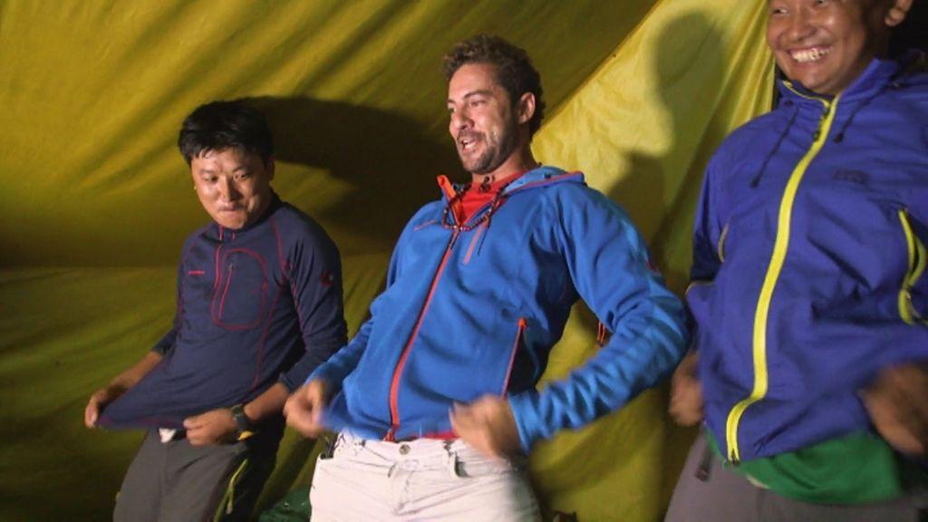 David Bisbal enseña en Nepal lo que es una fiesta con 'Los Chichos'