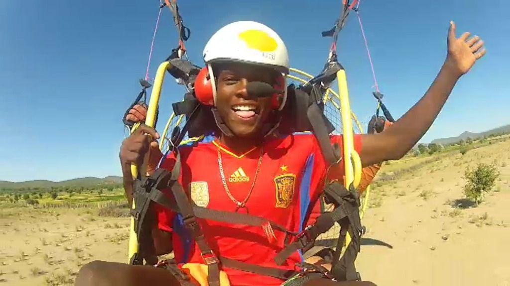 ¡Un héroe entre los namibios que se atreve a volar en paramotor!