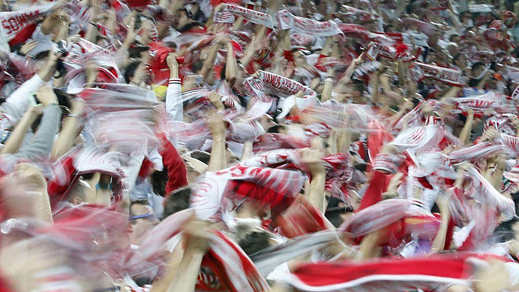 Así celebró la afición del Sevilla el título en las gradas de Turín