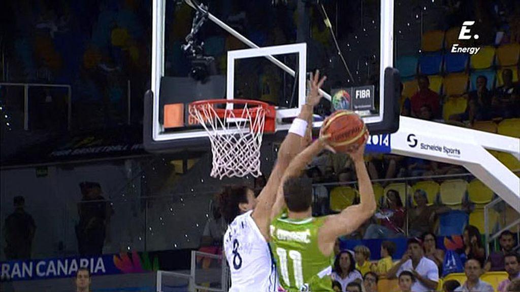 Goran Dragic penetra en la defensa de Corea y consigue un 2+1 espectacular