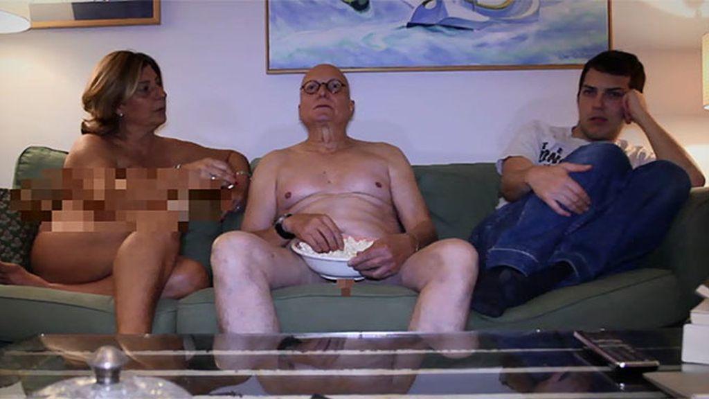 Jóvenes afectados por padres desnudos