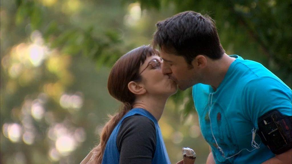 Eli por fin baja la guardia y besa a Raúl