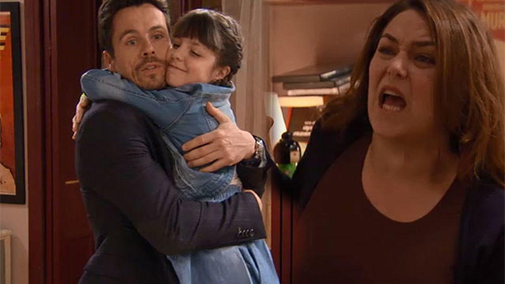 La hija de Carlos vuelve loca a Lucía...