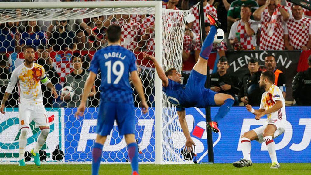 ¡Ocasión de peligro para Croacia! Tres remates en una jugada con chilena incluida