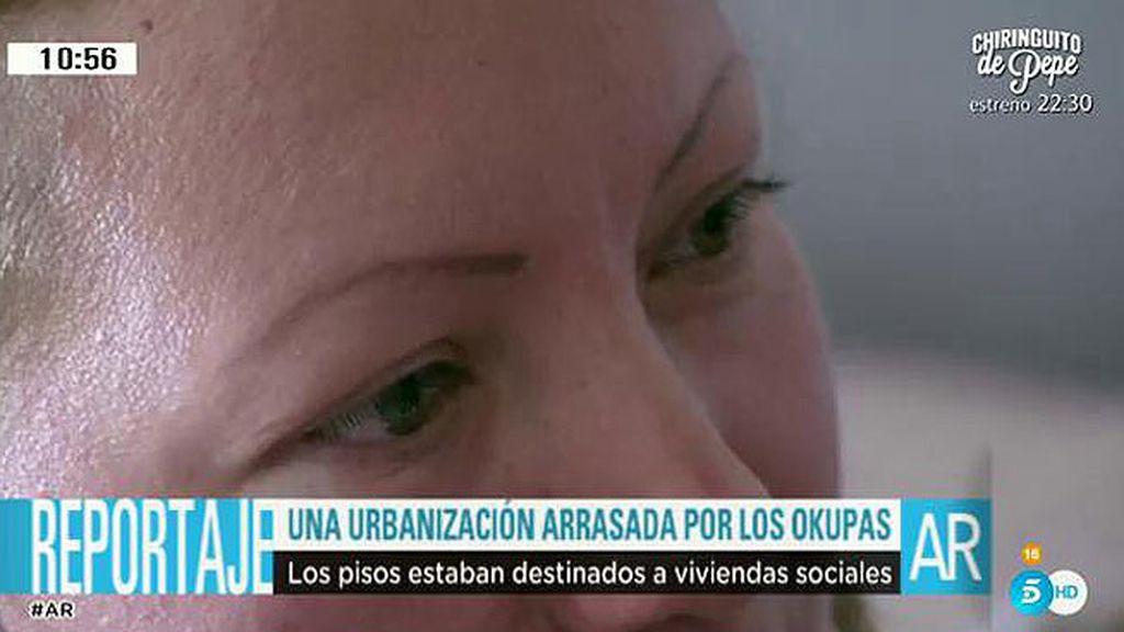 """Vecina de una urbanización 'okupada': """"Tengo que bajar a mi hijo con los ojos vendados"""""""