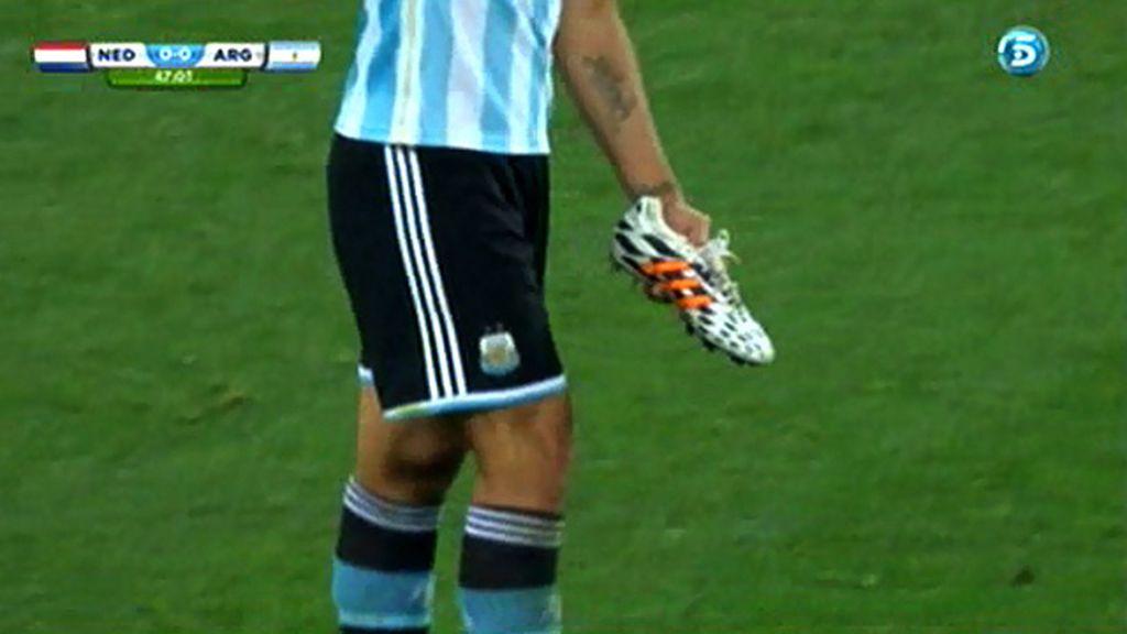 Garay pierde una bota y sigue jugando
