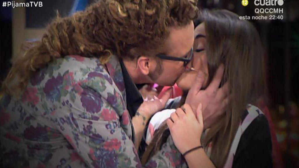 ¡Torito besa a Lara Álvarez!