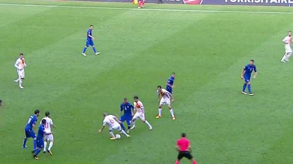 El colmo del repaso de Italia a La Roja... ¡Hasta a Iniesta le han hecho un caño!