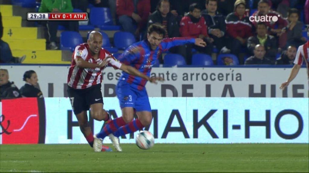 Casadesús le dobla el tobillo a Mikel Rico y el jugador del Athletic sale lesionado