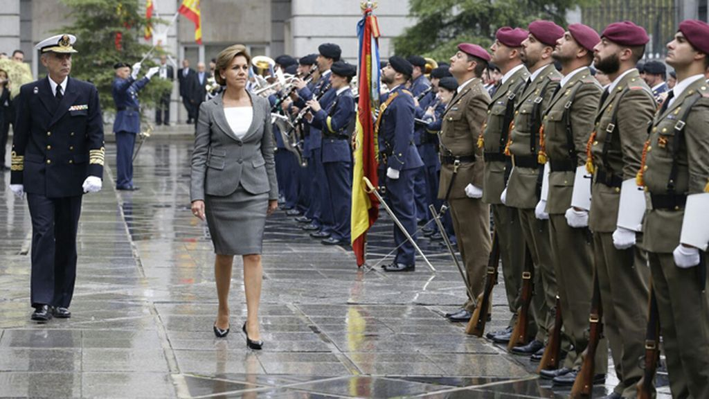 María Dolores de Cospedal asume la cartera de Defensa de manos de Pedro Morenés