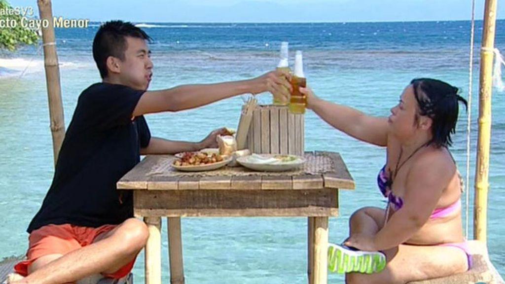 Chiqui y Yong Li negocian entre cañas y pinchos de tortilla de patatas
