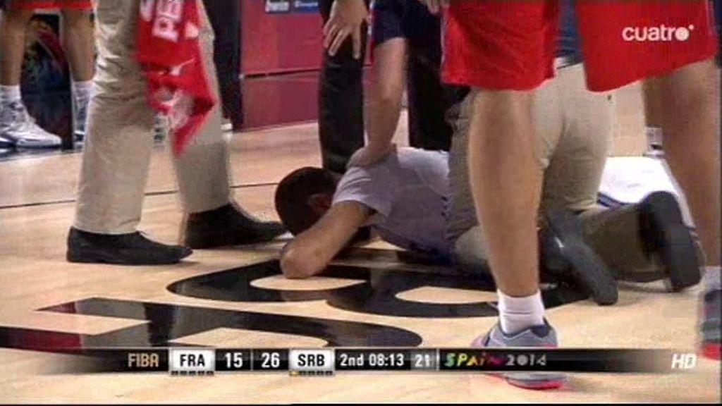 El árbitro paró el partido tras el cabezazo brutal e involuntario de Batum con Jovic