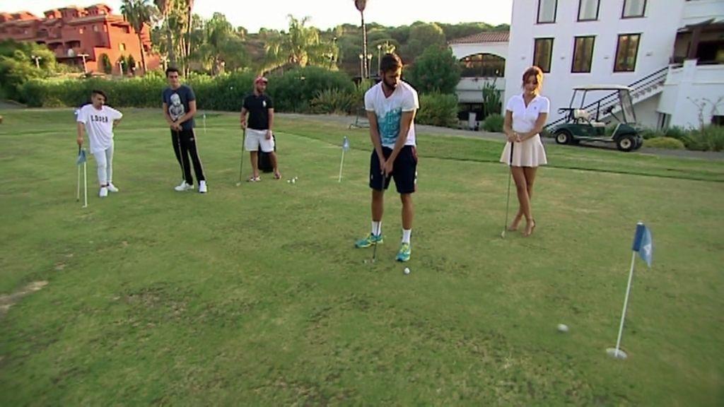 El incómodo 'look' de la princesa Rym para jugar ¿al golf o al fútbol?