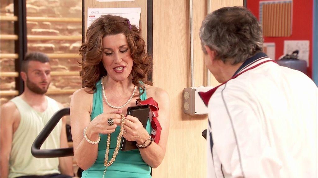 Perico le roba un collar a Christian para conseguir una cita con Pilar