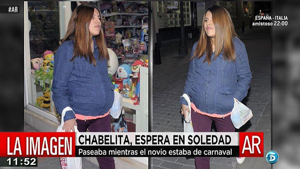 Chabelita, paseo solitario por Fuengirola