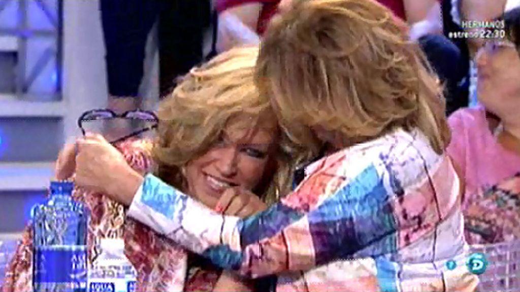 Mila Ximénez y Lydia Lozano imitan el abrazo de Chabelita y Rocío Carrasco