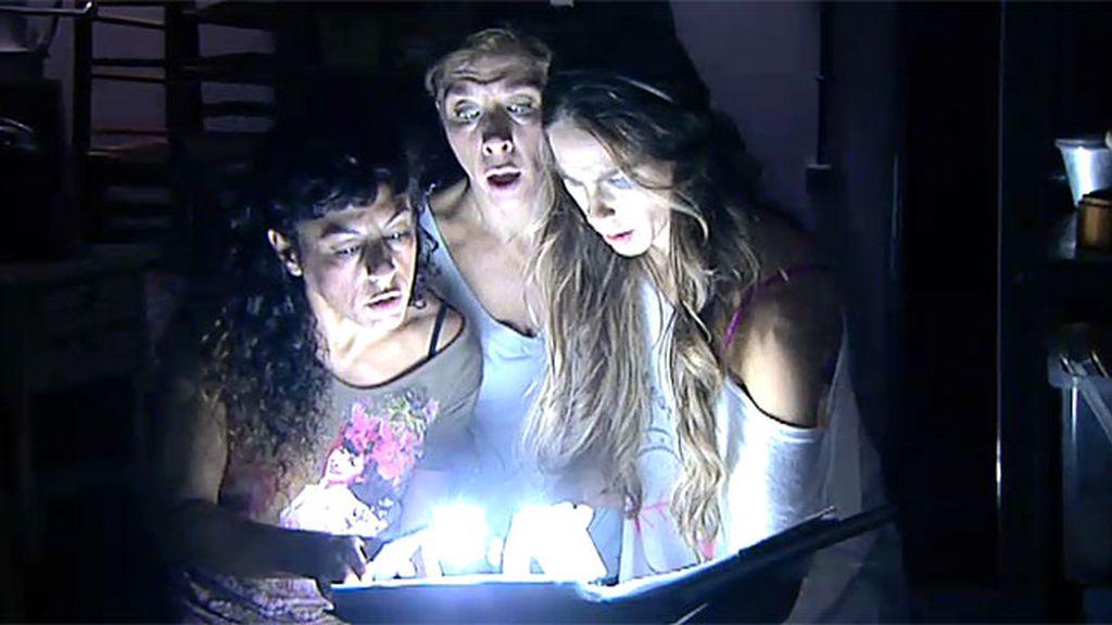 Raquel, Nines y la Cuqui descubren el trastero del horror de Doña Fina
