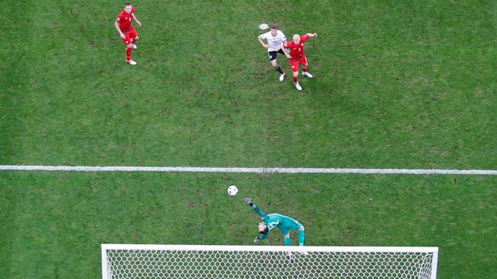 ¡Paradón de Fabianski! El meta polaco sacó una gran mano al tiro de Özil