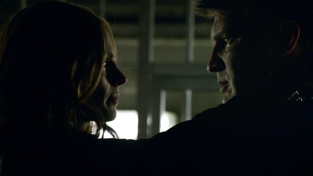 Castle se encierra en una celda con Beckett para resolver el caso... y su matrimonio