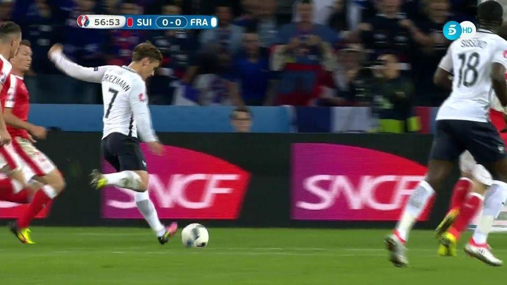 Griezmann saca un zapatazo con su pierna derecha y casi hace el primero