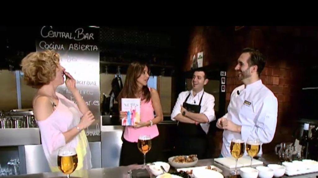 Carmen Alcayde y Sole Giménez prueban los platos de Sandoval y Camarena
